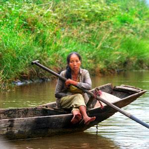 In der Umgebung von Phong Nha - Fährfrau mit ihrem Holzboot auf dem Song Son Fluss