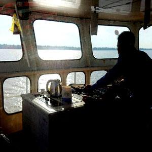 Bootstour auf einer der zahlreichen Fähren im Mekong Delta – Blick in die Steuerstand