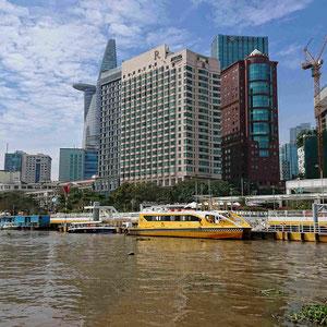 Ho Chi Minh Stadt – Blick auf die Skyline des 1. Bezirks und den Saigon Waterbus – eine schöne & preiswerte Ausflugsempfehlung