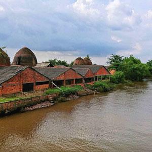 Eine Ziegelbrennerei im Mekong Delta – bei Touren durch das Delta sind findet man kleine Betriebe, wo in schweißtreibender Handarbeit Ziegel produziert werden.