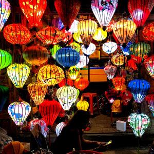 Laterne, Laterne, Sonne, Mond und Sterne . . . . - ein  Lampinion-Fachgeschäft in Hoi An – warten auf Kundschaft