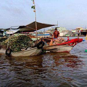 Schwimmende Händler auf dem Mekong – sie verschwinden immer mehr aus dem Alltag, dass Leben ist hart, der Verkauf von Kaffee & Souvenirs ist leichter