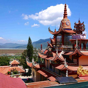 Entlang der Straßen im zentralen Hochland können tolle buddhistische Tempel bewundert werden, deren Baumeister es verstanden, das Feng-Shui praktisch umzusetzen.