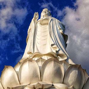 Buddha-Statue im Buddhistischer Tempel Linh Ung auf der Halbinsel Son Tra. Die  Buddha-Statue, mit dem Rücken zum Berg stehend und auf das Meer blickend, hat eine Höhe von 67 m, ist von innen begehbar bis zur Spitze begehbar.