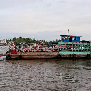 Personen- und Fahrzeugfähre auf dem Mekongfluss – sieht abenteuerlich aus, ist abenteuerlich