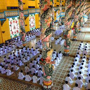 Cao Dai – eine in Südvietnam verbreitete Religion - während einer Gottesdienstes
