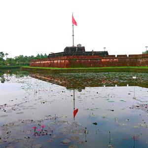 Das Wahrzeichen von Hue ist die Palastanlage der Kaiser im 19. Jahrhundert. Hue ist eine Stadt mit viel Charme und Geschichte und für eine mehrtägige Entdeckungstour super geeignet.
