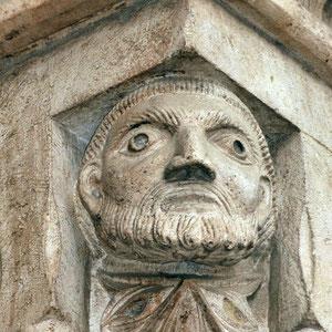 F. PERRINI, Autoritratto (1319 ca). Larino, Portale della Cattedrale di S. Pardo [foto F. Valente]