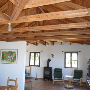 Wohnraum mit offenen Dachstuh