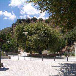 Dorfplatz, soziales Zentrum des Ortes, neu gestaltet mit den beliebten Wasserquellen