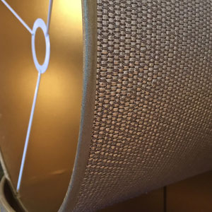 Abat-jour sur mesure recouvert d'un tissu aspect métallice & raffia