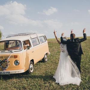 Love Hochzeitspaar mit VW T2 Bulli