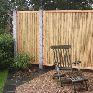 Bambuszaun mit Granitstelen