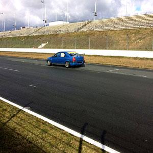 Gegen Mittag bei viel Wind, Sonnenschein und rasch abtrocknender Rennstrecke auf der Zielgeraden der Dacia Logan Cup Tourenwagen