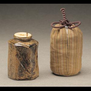 Chaire (Teedose) mit Shifuku (Seidenbeutel), Raku-Keramik