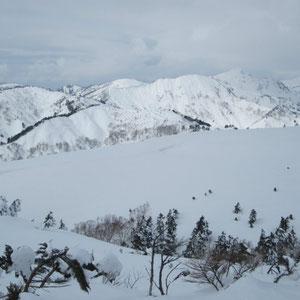 山頂から笈ケ岳方面