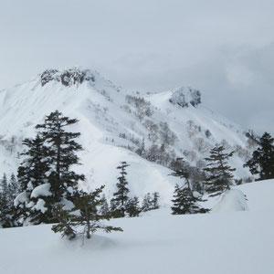 山頂が飛騨岩、右手が加賀岩