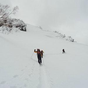 山頂をまいてトラバース