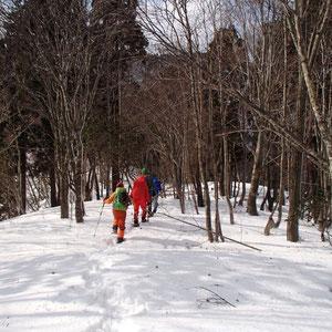 雪の尾根をひたすら登ります