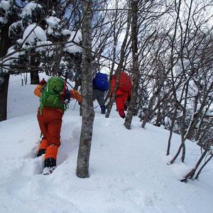 深い雪に苦労しながら百里ヶ岳を目指します