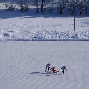 Bild: Eislaufen auf dem zugefrorenen Wengsee