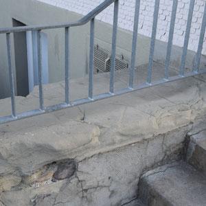 Schulhaus Feimettigen, Sockel ersetzen in Berner Sandstein, André Iseli Steinmetz
