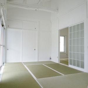 梁むき出しの天井に白い建具