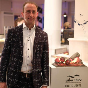 Philipp Sattelmeyer, Leitung Marketing wibo 1892 mit einem der Elektrokamine im Restaurant Waterfront, im Steigenberger Heringsdorf zum Baltic Lights.