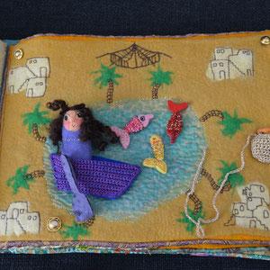 Seite aus textilem Buch von Faserverbund: See und Fische