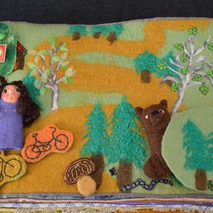 Seite aus textilem Buch von Faserverbund: Wald mit Bär