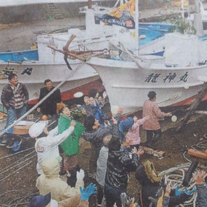 福井市白浜町の伝統行事船祝いの餅まき