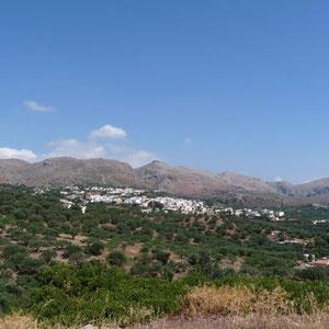 Le village, niché sous les montagnes arides