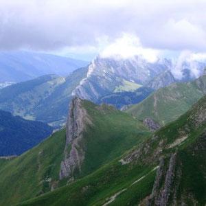Trélod ( Bauges, 73) : au fond, le crête du Roc des Boeufs dans les nuages - AU BOUT DES PIEDS