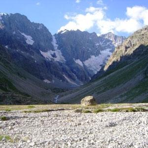Ecrins : Valfourche, vue sur les crêtes de Pic de Neige Cordier (G) à Roche Faurio (D) - AU BOUT DES PIEDS