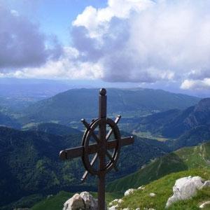 Trélod ( Bauges, 73) : sommet ; au fond, le Semnoz - AU BOUT DES PIEDS