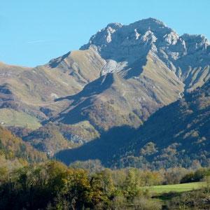 Arcalod (Bauges, 73) : face ouest vue d'Ecole - AU BOUT DES PIEDS