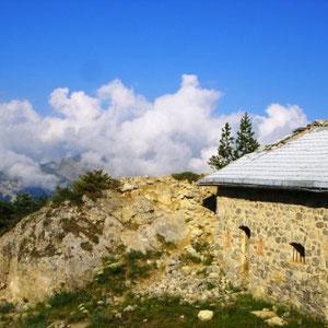 Crêtes de Peyrolle - Col de Granon : restes d'un fort  - AU BOUT DES PIEDS