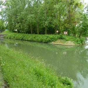 Canal du Loing : fin du canal dans la rivière Loing - Au Bout des Pieds