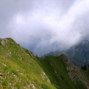 Arcalod (Bauges, 73) : crête nord, herbeuse - AU BOUT DES PIEDS