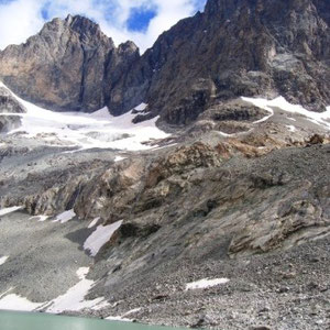 Ecrins : lac du Pavé, Pavé (G) et Pic Gaspard (D) (?) - AU BOUT DES PIEDS