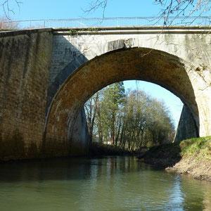 pont de l'ancienne voie ferrée, Coutran - AU BOUT DES PIEDS