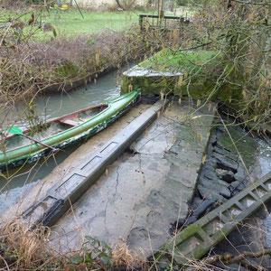 barrage de la Ferme du Pont : prise d'eau pour la dérivation de la canalisation des Auges (seule alimentation en eau de Sézanne) - AU BOUT DES PIEDS