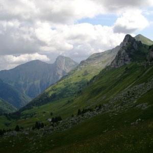Arcalod (Bauges, 73) : au fond Armenaz et Pécloz - AU BOUT DES PIEDS