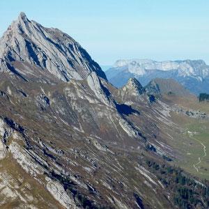 Arcalod (Bauges, 73) : dalle est vue de l'Armenaz - AU BOUT DES PIEDS