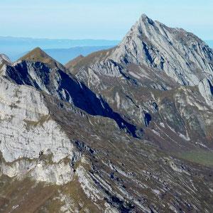 Arcalod (Bauges, 73) : vu de l'Armenaz et devant mont de la Coche - AU BOUT DES PIEDS