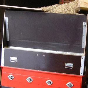 Einblasmaschine EM 400 wird von oben mit aufbereitetem Stroh von oben befüllt.