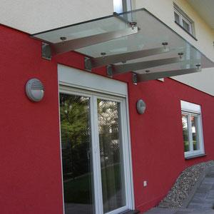 Modernes Vordach mit Glaselementen