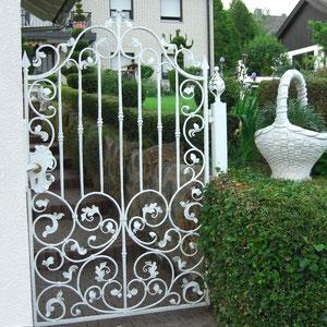 Klassisch verziertes Gartentor in weiß