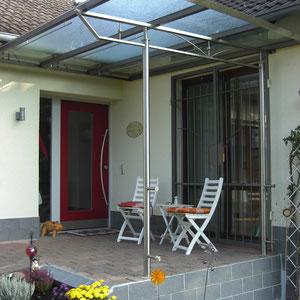 Moderne Balkonüberdachung aus Edelstahl und Glas