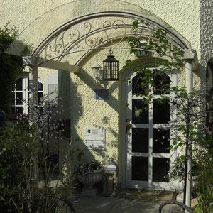 Vordach mit klassischen Verzierungen